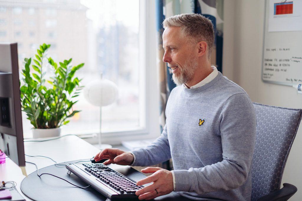 Niklas Enberg på kontoret i Solna.